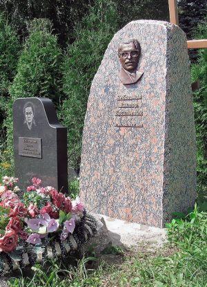 Памятник из валуна с барельефом