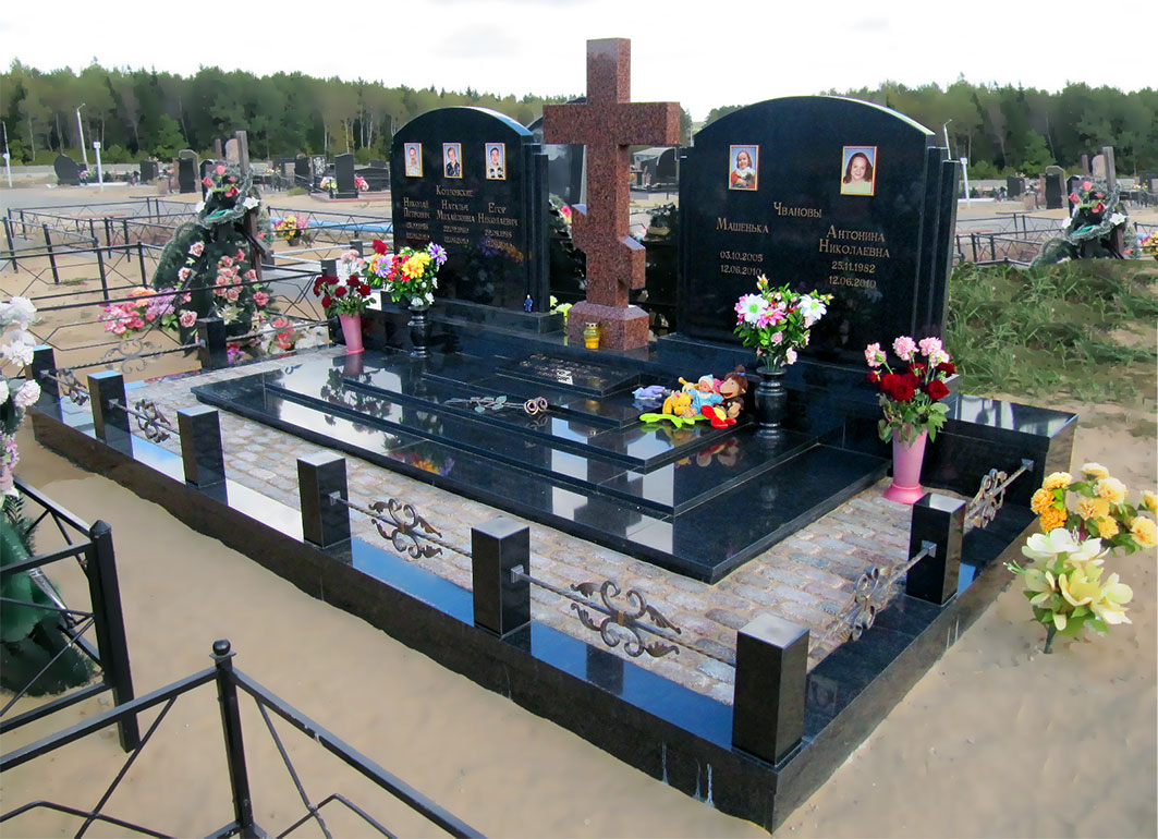 Памятник семье погибших в автокатастрофе
