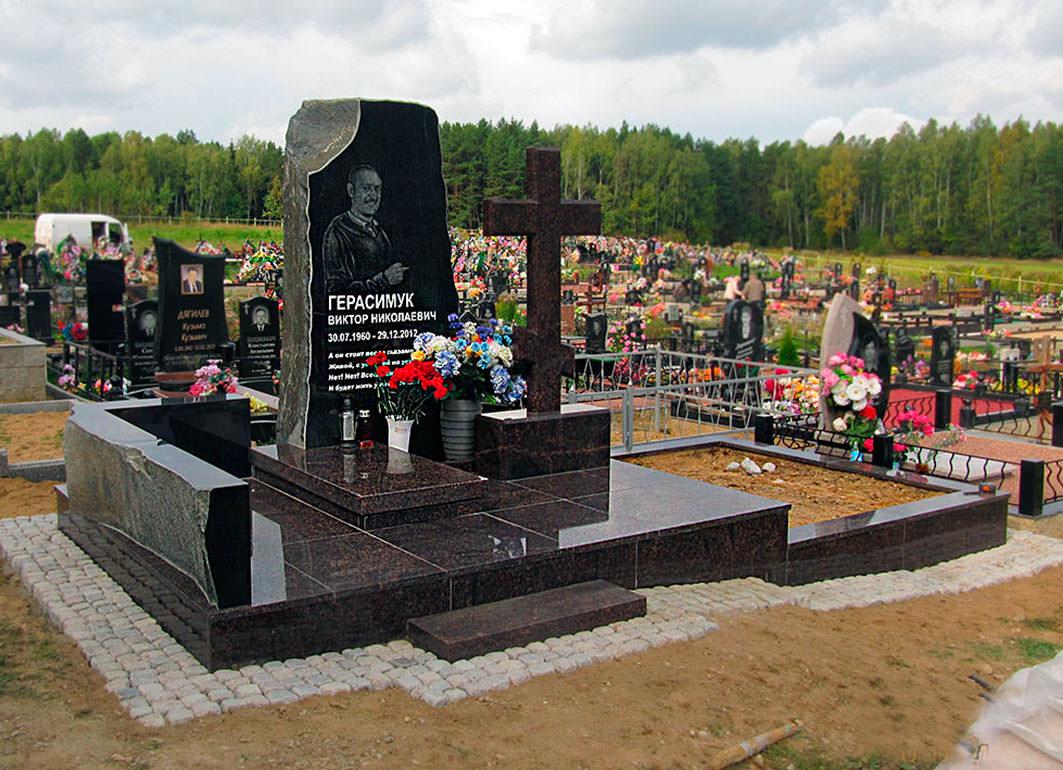 Памятник о стелой в полный рост