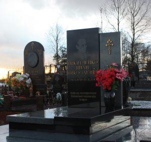 Памятник с бронзовым текстом