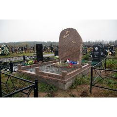 Памятник по индивидуальному проекту с гранитной брусчаткой