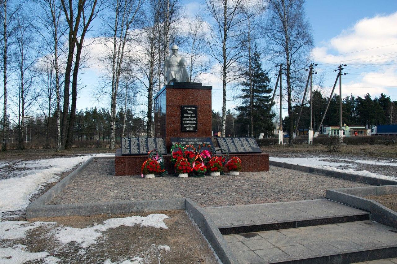 Памятник с гранитной площадкой и ступенями