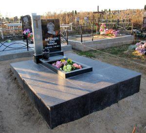 Памятник из двух видов гранита